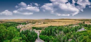 Opinión panorámica sobre el camino rural torcido en la colina de la ciudad de Segovia en España Imágenes de archivo libres de regalías