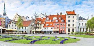 Opinión panorámica sobre el cuadrado central de la ciudad de Riga, Letonia, Europa fotos de archivo