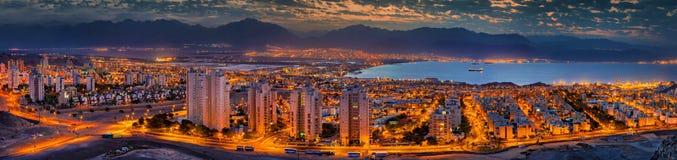 Opinión panorámica sobre el golfo de Aqaba y las ciudades - Eilat y Aqaba foto de archivo