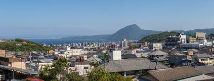 Opinión panorámica sobre el horizonte de la ciudad y de la bahía de Beppu Ciudad Oita en el fondo Beppu, Oita, Japón, Asia foto de archivo libre de regalías