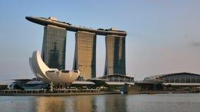 Opinión panorámica sobre el hotel de Marina Bay Sands en luz de oro de la puesta del sol metrajes
