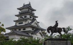 Opinión panorámica sobre el monumento del emperador Todo Takatora y de su castillo del agua de Imabari Imabari, Imabari, prefectu fotos de archivo