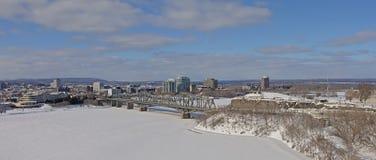 Opinión panorámica sobre el puente de Alexandra Interprovincial sobre el río congelado de Ottawa el día de invierno con nieve foto de archivo libre de regalías