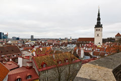 Opinión panorámica sobre la ciudad vieja de Tallinn Imagen de archivo libre de regalías