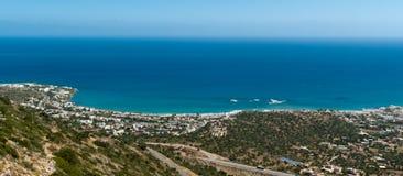 Opinión panorámica sobre la costa costa de la ciudad de Malia Fotos de archivo