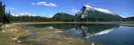 Opinión panorámica sobre las montañas canadienses de Rockies foto de archivo