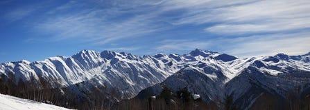 Opinión panorámica sobre las montañas nevosas de la luz del sol por mañana agradable Imagen de archivo libre de regalías