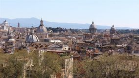 Opinión panorámica sobre los tejados de Roma, Italia Roma, Italia Tiro de la toma panorámica metrajes