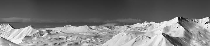 Opinión panorámica sobre meseta nevosa y cuestas para freeriding Foto de archivo