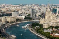 Opinión panorámica sobre Moscú Terraplén, hotel de Ucrania, gobierno imagenes de archivo