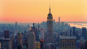 Opinión panorámica sobre New York City Manhattan en la puesta del sol metrajes