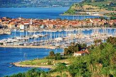 Opinión panorámica sobre puerto deportivo en el mar adriático en Izola Eslovenia fotos de archivo