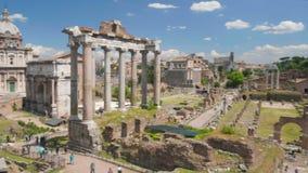 Opinión panorámica sobre ruinas viejas y columnas de Roman Forum en Italia, turismo en Roma almacen de video