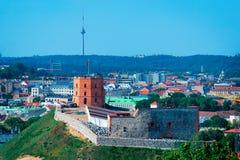 Opinión panorámica sobre torre del castillo de Gediminas en Vilna en Lituania foto de archivo libre de regalías