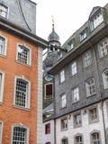 Opinión parcial de la calle de Monschau, detalle arquitectónico, en Monschau, Alemania imagenes de archivo