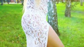 Opinión parcial el bailarín de sexo femenino en el traje sensual que se realiza al aire libre en verano almacen de video