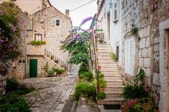 Opinión pintoresca de la calle de la pequeña ciudad en Mali Ston, croata Foto de archivo libre de regalías