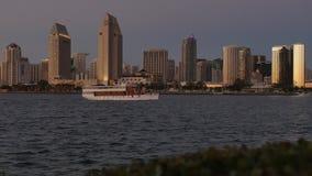 Opinión pintoresca San Diego Skyline en la oscuridad del parque centenario en la isla de Coronado almacen de video
