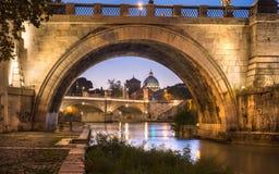 Opinión pintoresca sobre catedral del ` s de San Pedro debajo del puente de ángeles, Roma Italia Imagen de archivo