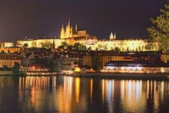 Opinión pintoresca sobre el hrad del castillo, de Prazsky de Praga en el río de Checo, y de Moldava Tarde del verano Vista de la  imagen de archivo libre de regalías