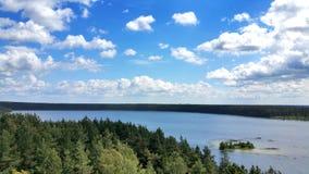 Opinión pintoresca sobre el lago y el bosque en el tiempo de la tarde momentos antes de la puesta del sol Cielo y nubes reflejado Fotografía de archivo libre de regalías