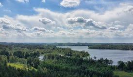Opinión pintoresca sobre el lago y el bosque en el tiempo de la tarde momentos antes de la puesta del sol Cielo y nubes reflejado Fotos de archivo libres de regalías