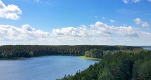 Opinión pintoresca sobre el lago y el bosque en el tiempo de la tarde momentos antes de la puesta del sol Cielo y nubes reflejado Imágenes de archivo libres de regalías