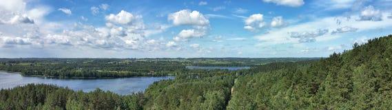 Opinión pintoresca sobre el lago y el bosque en el tiempo de la tarde momentos antes de la puesta del sol Cielo y nubes reflejado Imagen de archivo