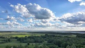 Opinión pintoresca sobre el lago y el bosque en el tiempo de la tarde momentos antes de la puesta del sol Cielo y nubes reflejado Imagenes de archivo