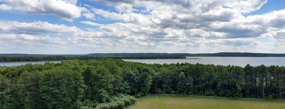 Opinión pintoresca sobre el lago y el bosque en el tiempo de la tarde momentos antes de la puesta del sol Cielo y nubes reflejado Fotografía de archivo