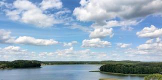 Opinión pintoresca sobre el lago y el bosque en el tiempo de la tarde momentos antes de la puesta del sol Cielo y nubes reflejado Foto de archivo
