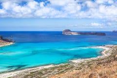 Opinión pintoresca sobre la bahía de Balos, la isla de Gramvousa y la laguna del mar Foto de archivo