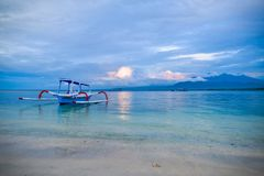 Opinión pintoresca sobre la laguna con un buque y las montañas en el fondo Sumatra, Indonesia Foto de archivo libre de regalías