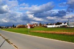 Opinión Pivka Postojna, región del pueblo de Prestranek Eslovenia de Ljubljana Notranjska foto de archivo libre de regalías