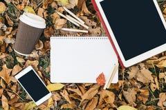 Opinión plana de la endecha de las hojas de otoño, de la tableta, del teléfono y de la taza de papel de coffe Desde arriba con de Imagenes de archivo