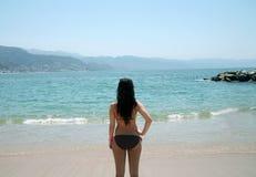 Opinión posterior la muchacha en la playa Imágenes de archivo libres de regalías