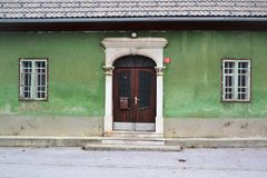 Opinión Postojna, burjaka del pueblo de Razdrto Eslovenia del viento de la región de Nanos Notranjska del soporte fotografía de archivo