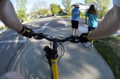 Opinión pov de Fisheye de la bici del montar a caballo biking en parque imágenes de archivo libres de regalías