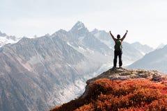 Opinión que sorprende sobre gama de montañas de Monte Bianco con el turista en un primero plano imagen de archivo