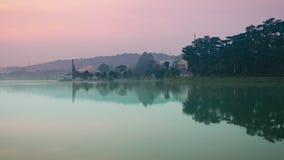 Opinión que sorprende Xuan Huong Lake en el tiempo crepuscular, Dalat, almacen de metraje de vídeo
