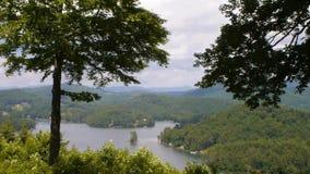 Opinión recreativa del lago durante verano almacen de metraje de vídeo