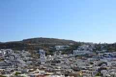 Opinión Rhodes Islands Old Lindos Town griego, cielo azul, color brillante, pequeñas casas blancas en la colina imagen de archivo