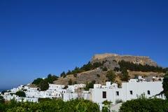 Opinión Rhodes Islands Old Lindos Town griego, cielo azul, color brillante, pequeñas casas blancas en la colina imagenes de archivo