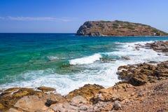 Opinión rocosa de la bahía con la laguna azul en Creta Imagenes de archivo