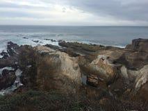 Opinión rocosa de la línea de la playa de las aguas del océano Fotografía de archivo libre de regalías
