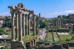 Opinión Roman Forum con el templo del romano de Saturn Foro fotografía de archivo libre de regalías