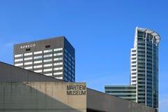 Opinión Rotterdam de la ciudad con los edificios del museo y de banco imagen de archivo libre de regalías