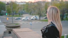 Opinión rubia de la calle del centro de ciudad de la señora de la vida urbana metrajes