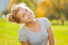 Opinión rubia hermosa del primer de la muchacha en parque Foto de archivo libre de regalías