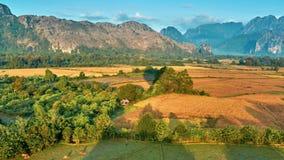 Opinión rural aérea de la salida del sol del valle de la montaña almacen de video